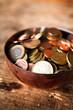 ciotola in rame con monete