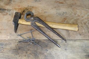 Hammer, Zange und Nägel
