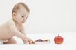 Baby mit Äpfel