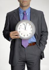 Ejecutivo sujetando un reloj.Concepto de negocios.