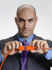 Hombre de negocios conectando dos cables,concepto negocios.