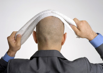 Ejecutivo limpiando su cabeza con toalla.concepto de negocios.