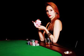 Elegante Frau beim Pokern