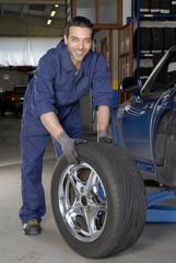 Mecánico cambiando caucho,neumático.