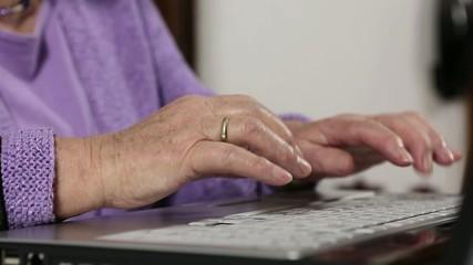 Rentnerin tippt an Laptop