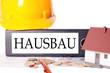 Aktenordner und Schutzhelm - Hausbau