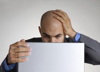 Ejecutivo preocupado trabajando en un ordenador,computador.