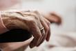 Faltige Hand einer seniorin