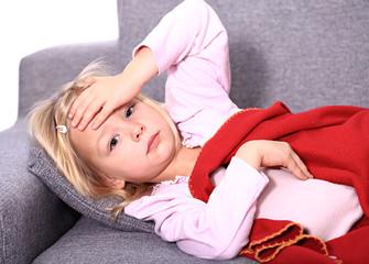 krankes Mädchen auf der Couch