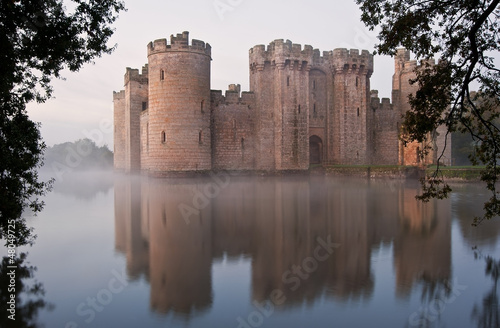 Foto Spatwand Kasteel Stunning moat and castle in Autumn Fall sunrise with mist over m