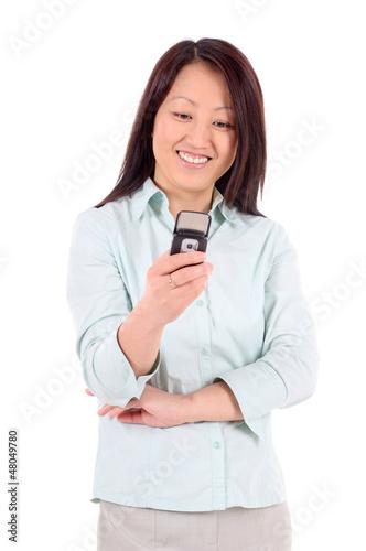 Portrait einer Geschäftsfrau mit Mobiltelefon