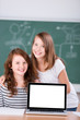 zwei schülerinnen mit laptop