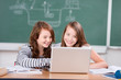 schülerinnen lernen mit laptop
