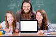 schüler und lehrerin mit laptop
