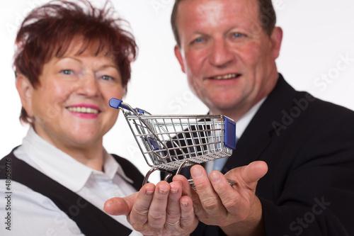 Paar mit Einkaufswagen