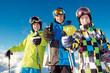 3 jugendliche Skifahrer mit Daumen hoch