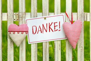 Herzen am Zaun mit Zettel Danke