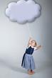 Kleines Mädchen mit Wolke an der Leine