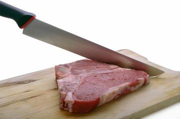 fiorentina su tagliere in legno con coltello