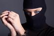 Verbrecher, Frau mit Sturmmaske und Handschellen