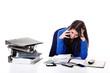 Junge Büro Dame am Arbeitsplatz gestresst