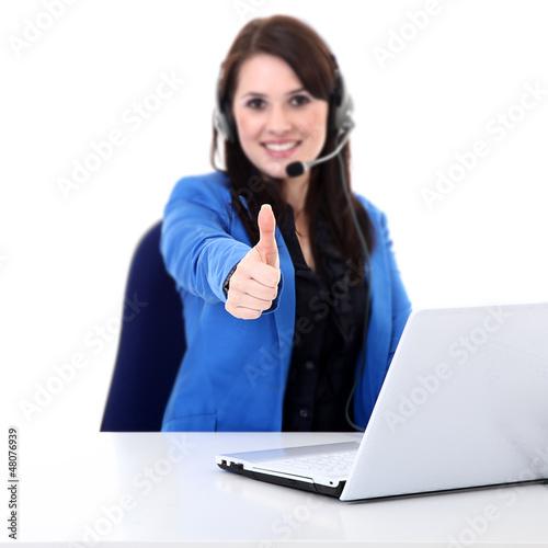 Junge Büro Dame am Arbeitsplatz zeigt Daumen hoch
