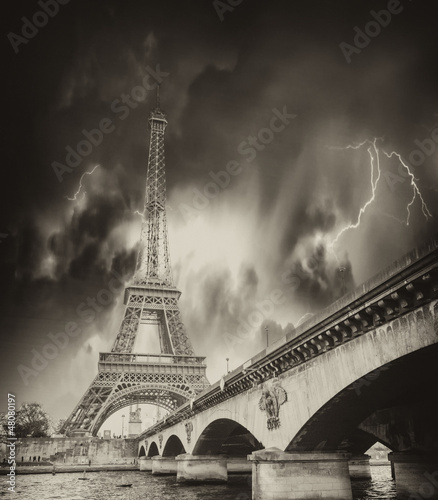 burza-nad-wieza-eiffla-w-paryzu