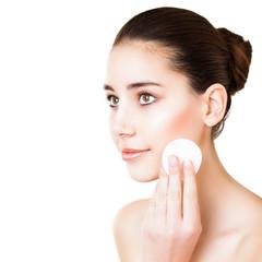 junge Frau reinigt ihre Haut