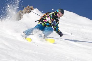 Junge fährt Ski vor Bergpanorama