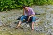 Frau am Flussbett