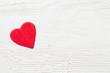 Rotes Herz auf weißem Holz