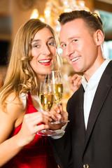 Mann und Frau trinken Sekt im Restaurant