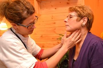 Aerztin untersucht Patientin