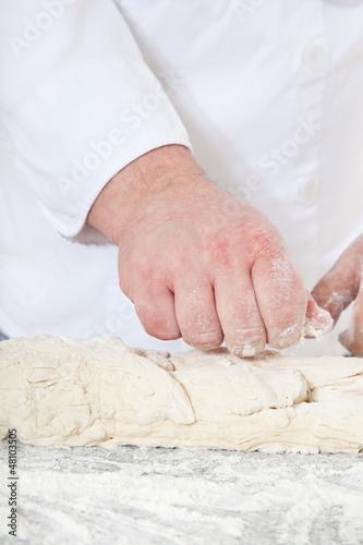 Bäcker bereitet Brotteig zu