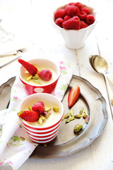 Budino al cioccolato bianco con frutti di bosco
