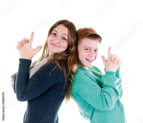 Mädchen und Junge zeigen mit den Fingern Pistolen