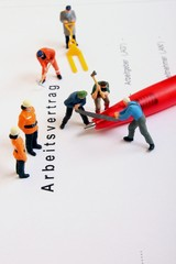 Arbeitsvertragsformular mit Arbeitnehmerfiguren