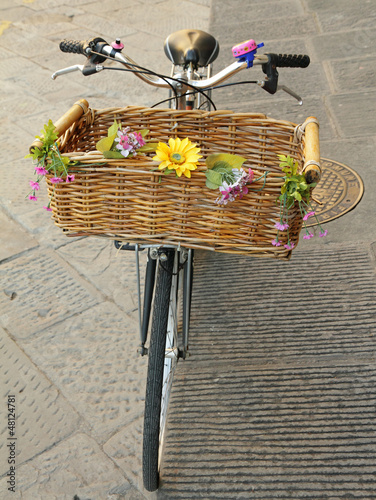Aluminium Fiets vintage bike with straw basket with flowers, Florence, Europe