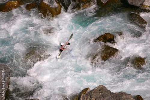 Fotobehang Water Motorsp. Kayaker in white water