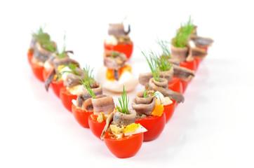 Gefüllte Cherrytomaten mit Sardellenfilets, Eier, Oliven