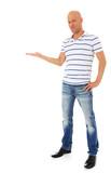 Attraktiver Mann präsentiert etwas zur Seite