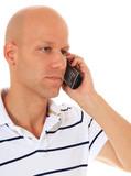 Attraktiver Mann gelangweilt am Telefon
