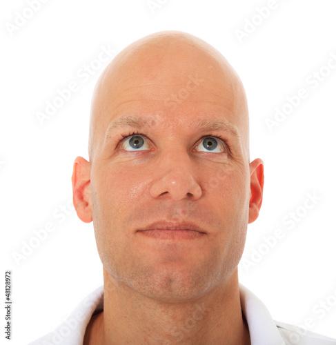 Attraktiver Mann schaut nach oben