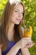 Junge Frau trinkt Orangensaft