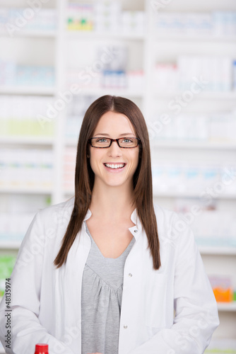 lächelnde frau in der apotheke