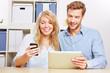 Paar synchronisiert Smartphone und Tablet PC