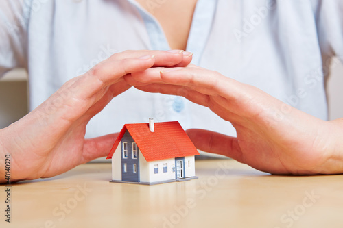 Frau gibt kleinem Haus Sicherheit