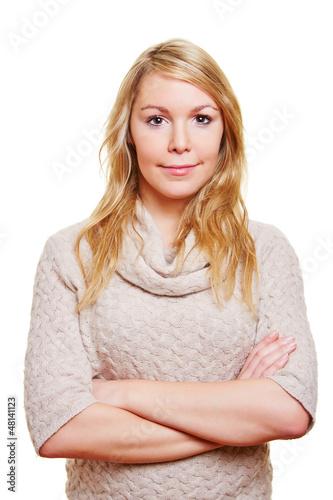 Blonde Frau mit verschränkten Armen