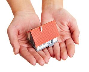 Kleines Haus auf Händen tragen