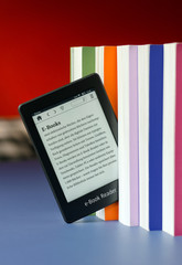 Moderner Touchscreen e-Book Reader mit Büchern
